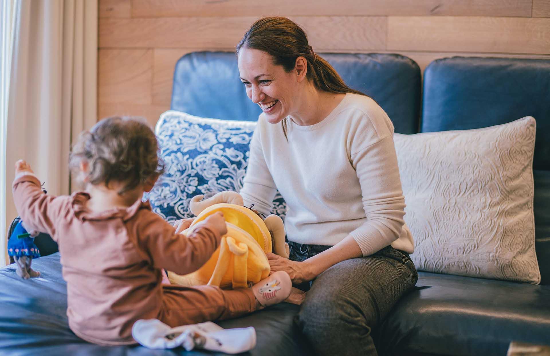 Mama mit Tochter im Zimmer