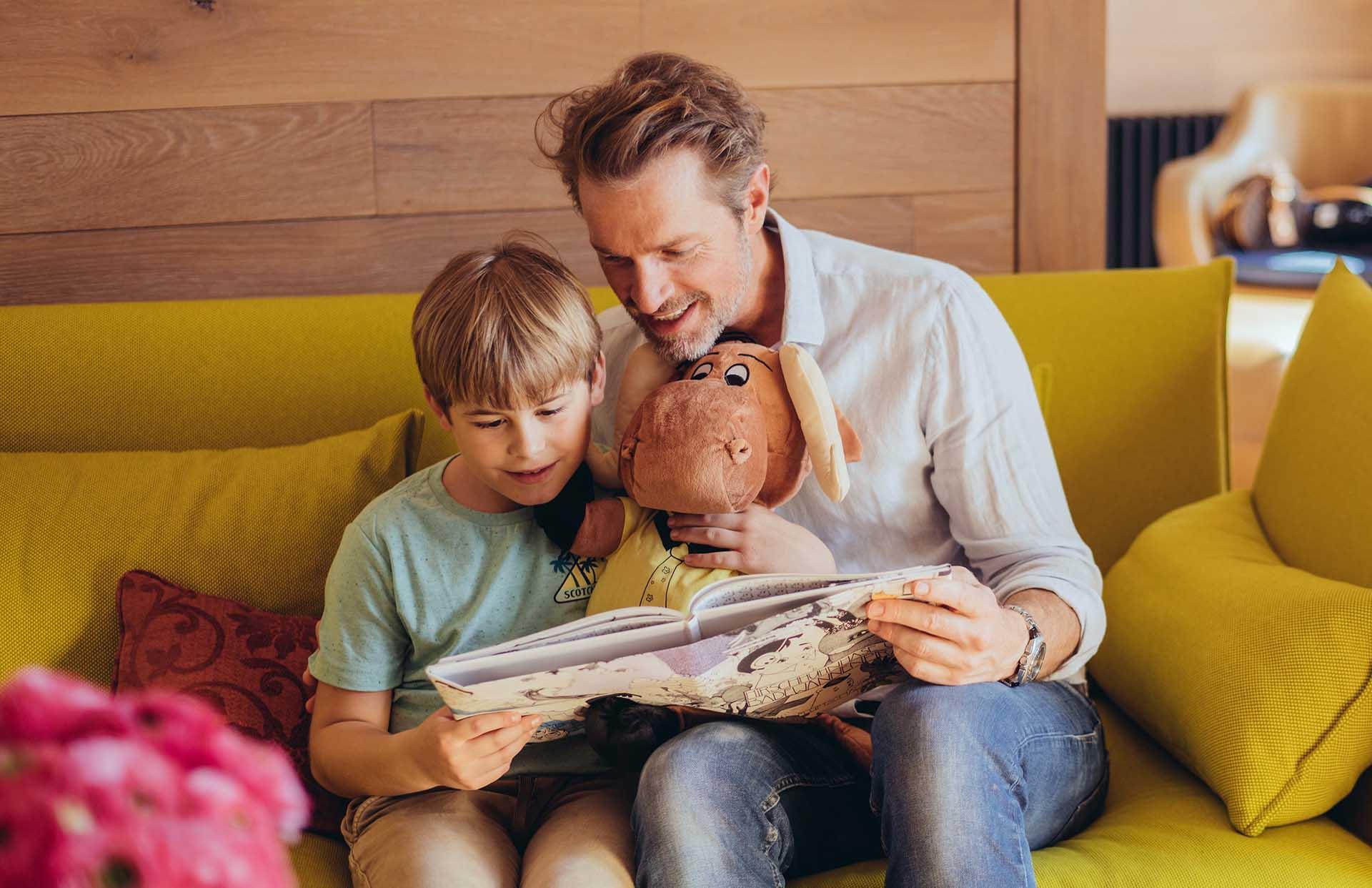 Vater liest Kind Buch vor