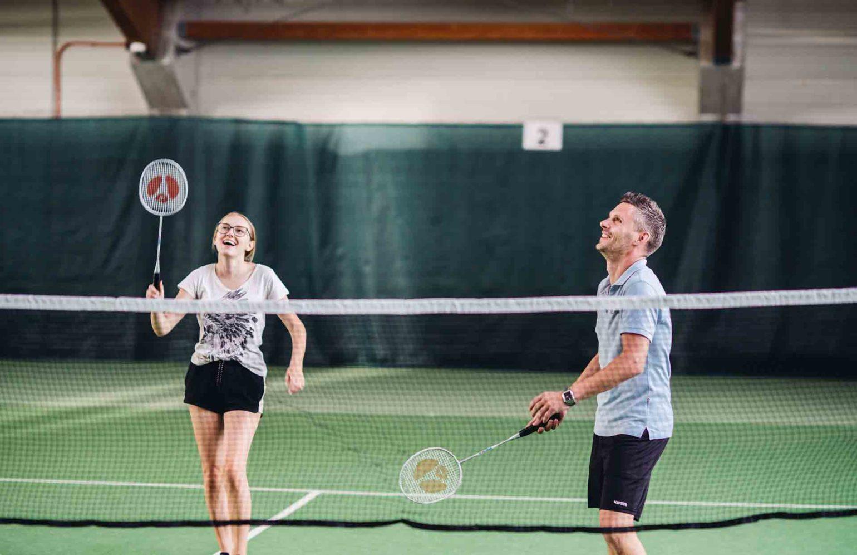 Mann und Frau beim Federballspielen