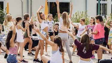 Kinder beim Tanzen im Freien