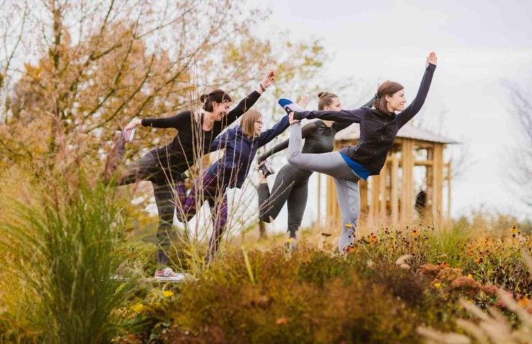 Yogaeinheit outdoor auf Rückzugsplateaus