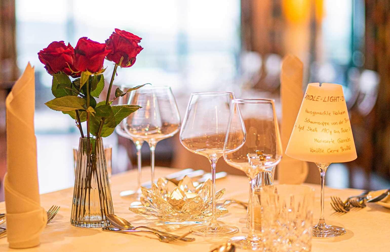 gedeckter Tisch für Candle Light Dinner