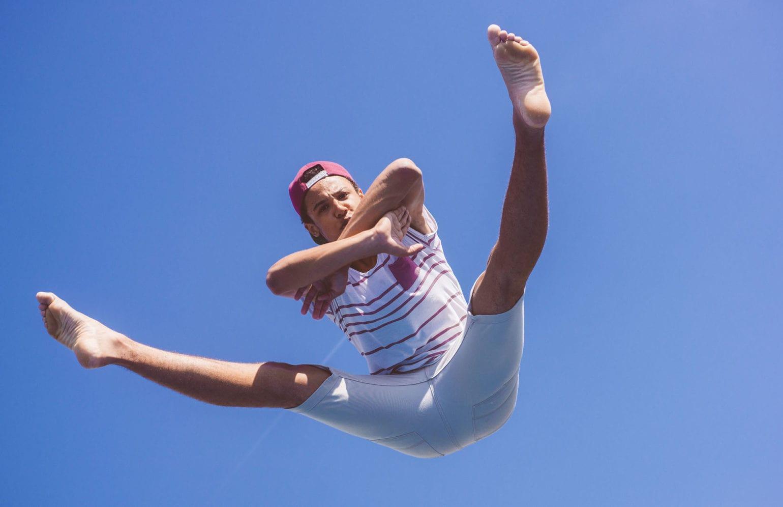 Teenager bei akrobatischen Übungen im Freien