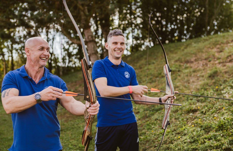 Mitarbeiter des Active Teams beim Bogenschießen