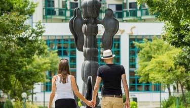 Paar händchenhaltend beim Spaziergang vor dem Supreme