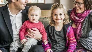 Familie mit Kindern auf Couch
