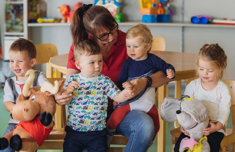 Kinderclubleiterin Gerti mit Zwutschgerl
