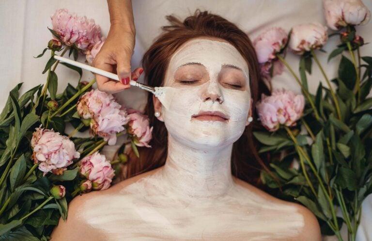 Frau bei Beautybehandlung
