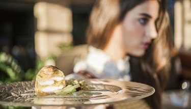 frische Speise mit Frau im Hintergrund