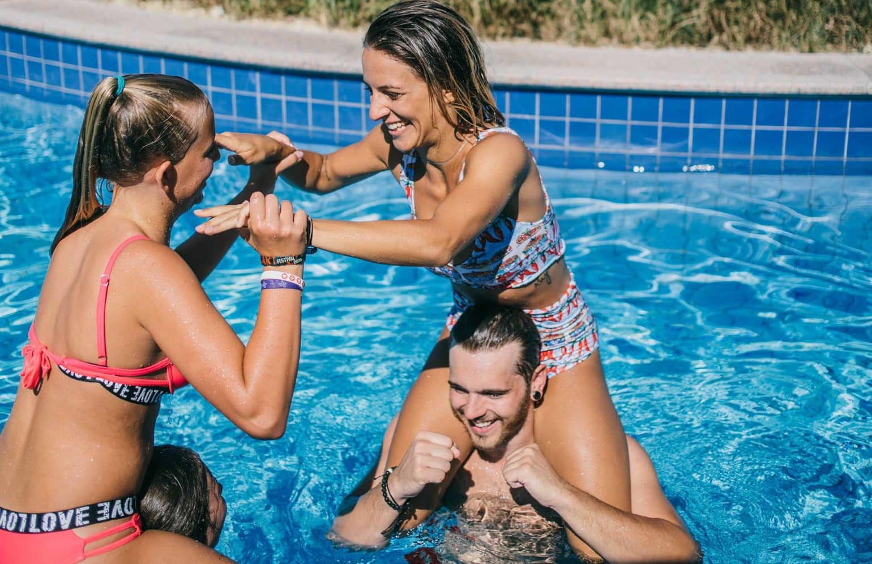 Jugendliche beim Spielen im Pool