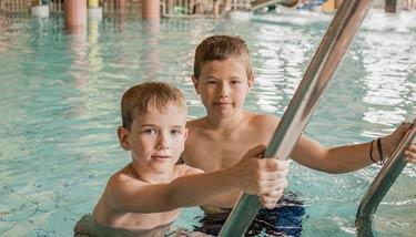 Buben beim Schwimmen im Pool
