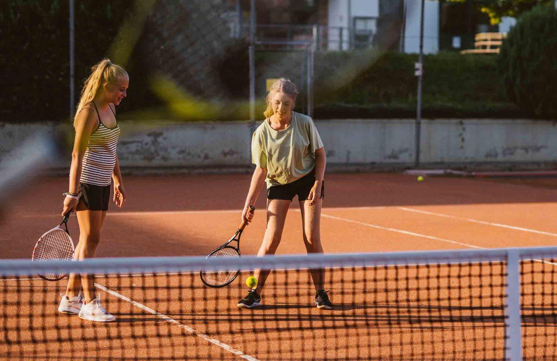 Jugendliche beim Tennisspielen