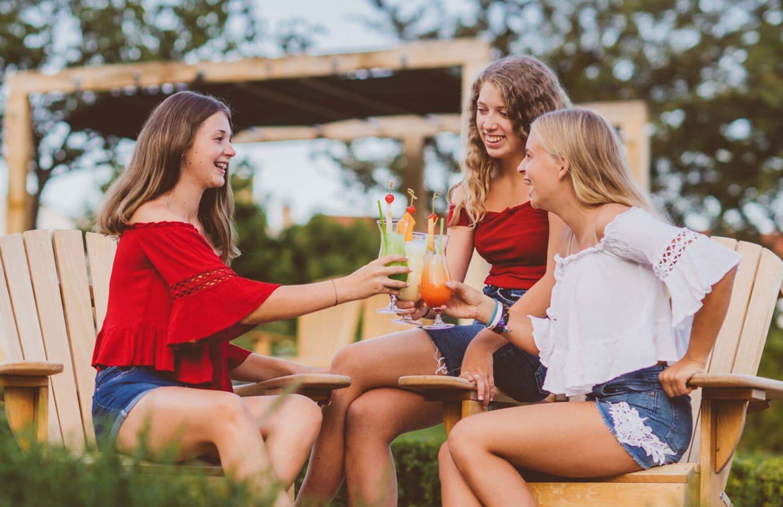 Kinder mit Cocktails im Reserve