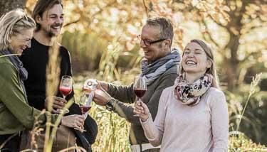 Erwachsene trinken Wein an einem Herbsttag