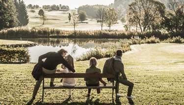 Freunde genießen Herbsttag im Freien