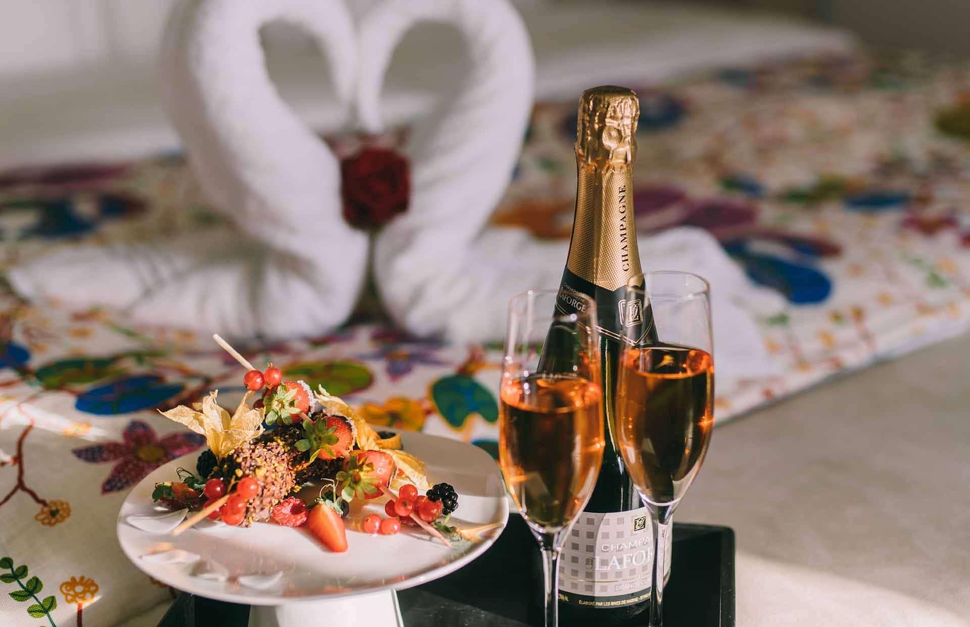 Champagner und Schokofrüchte