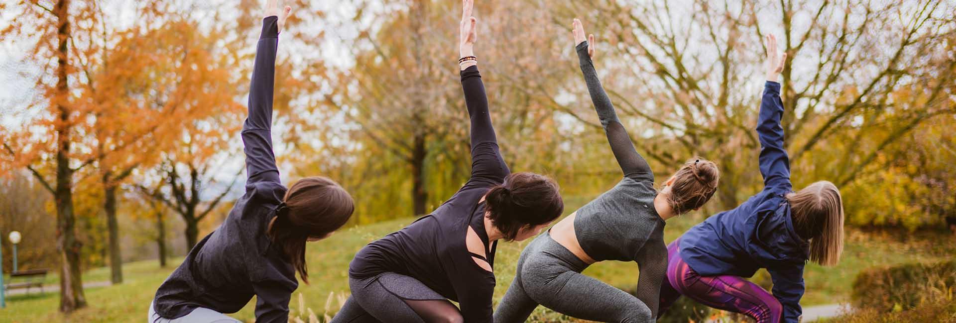 Frauen bei Outdoor-Yogaeinheit