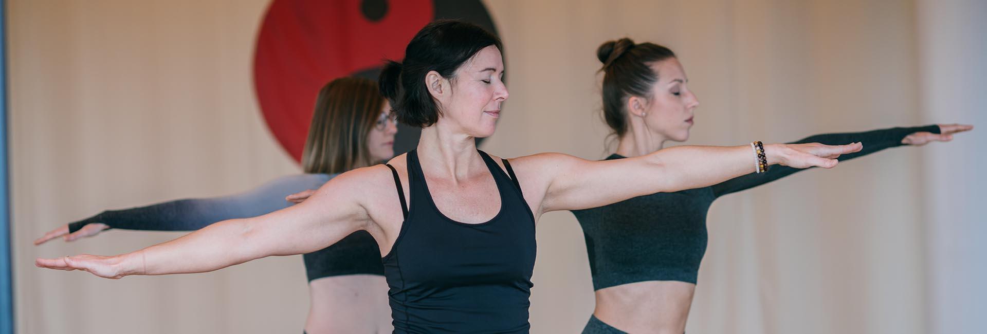 Yogaeinheit mit drei Frauen im Bewegungsraum