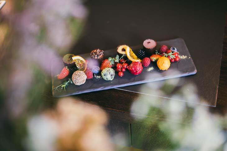 selbstgemachte Schokopralinen mit Früchten