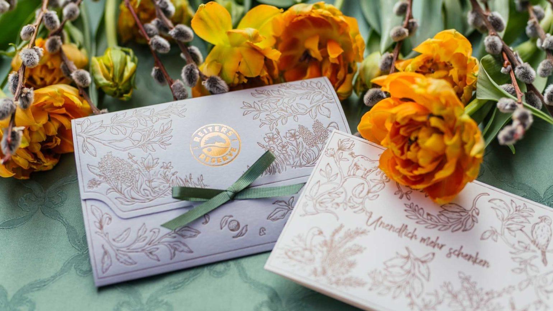 Reservegutschein mit Blumen und Weidenkätzchen