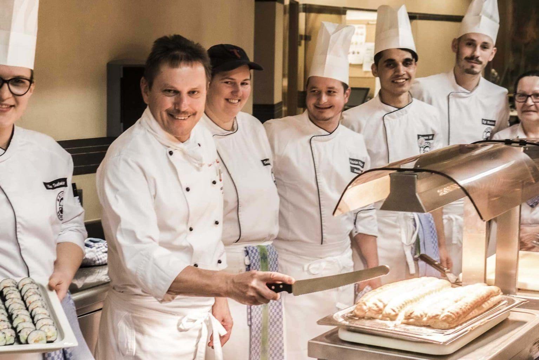 Küchenchef Eisler mit Küchenteam