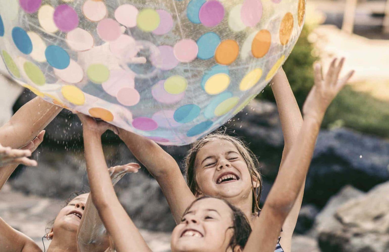 Mädchen beim Spielen mit Wasserball