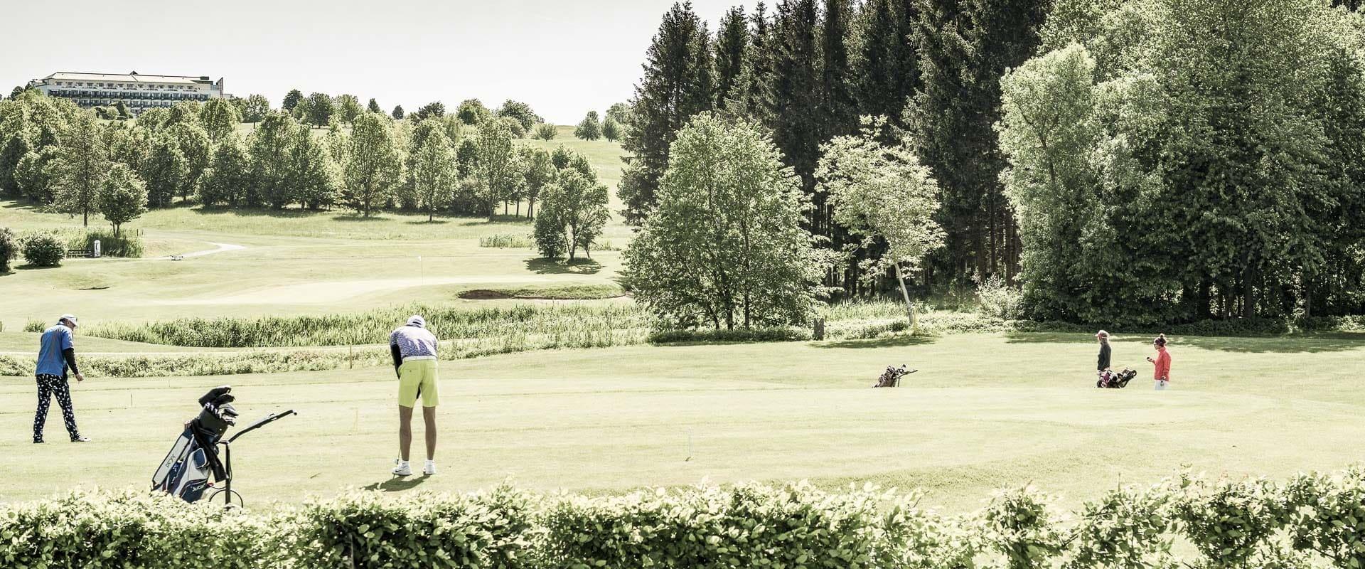 Golfer beim Golfspielen im Reserve