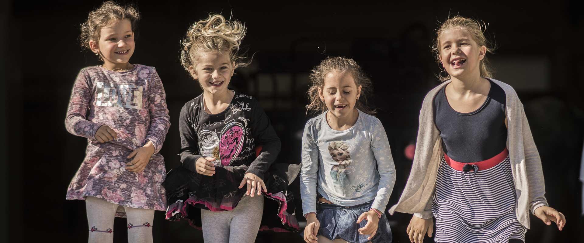 Mädchen beim gemeinsamen Spiel