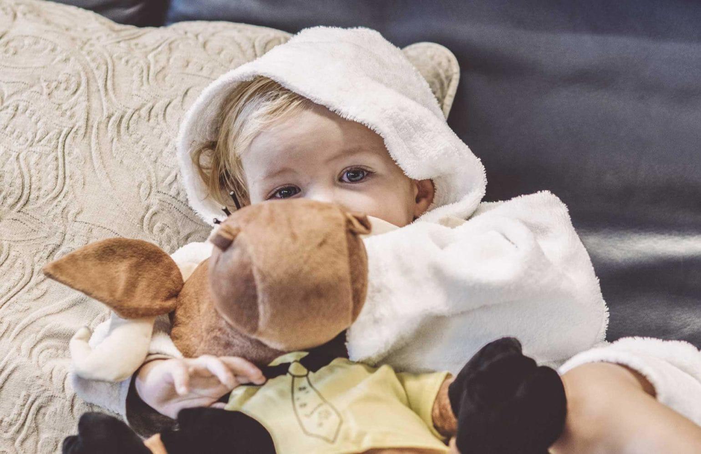 Baby spielt mit Kasimir Stofftier