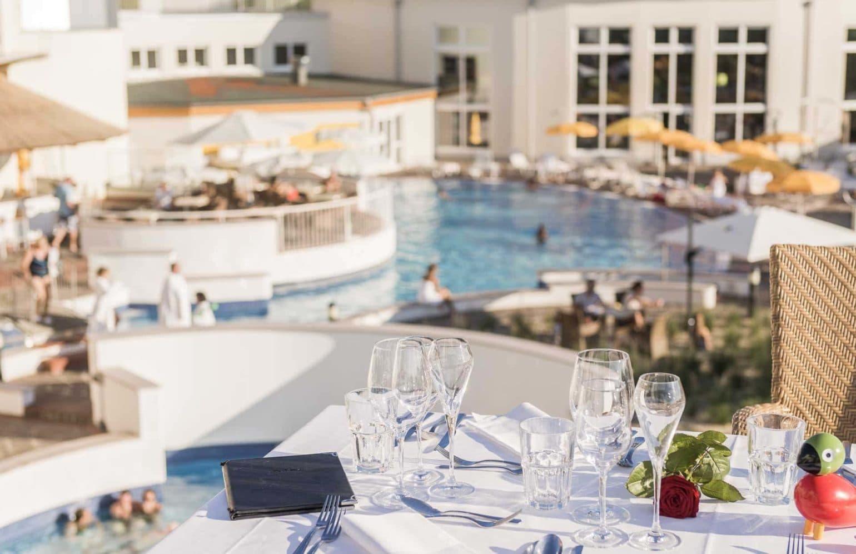 schön gedeckter Tisch mit Aussicht auf den Pool