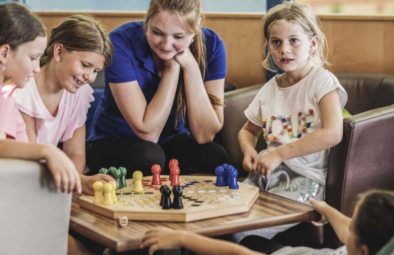 Kinder beim Mensch-ärgere-dich-nicht Spielen