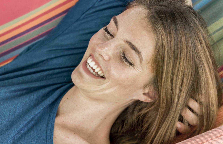lachende Frau in der Hängematte