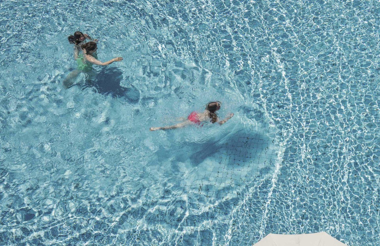 Familie beim Schwimmen im Pool