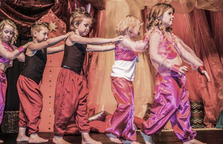 Kinder bei Showaufführung