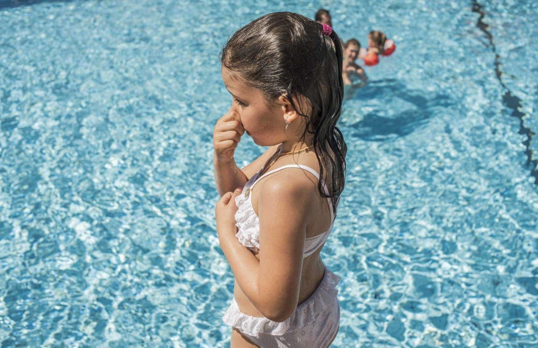 Mädchen beim Schwimmen im Pool