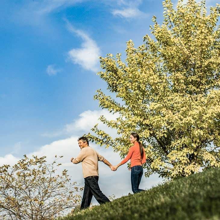 Paar händchenhaltend beim Spaziergang