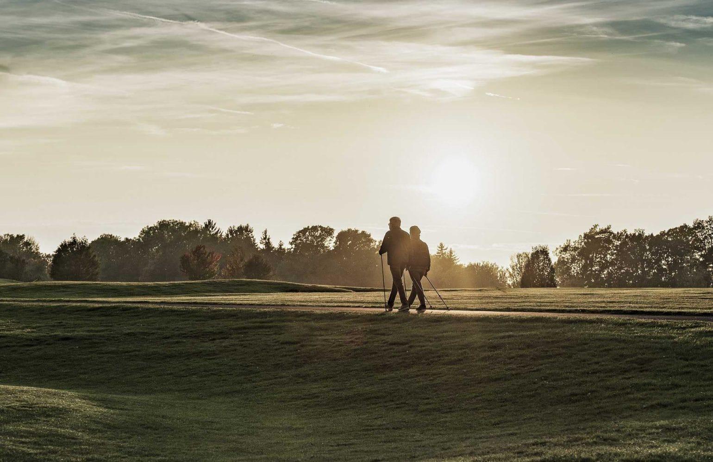 Paar beim Walken bei Sonnenuntergang