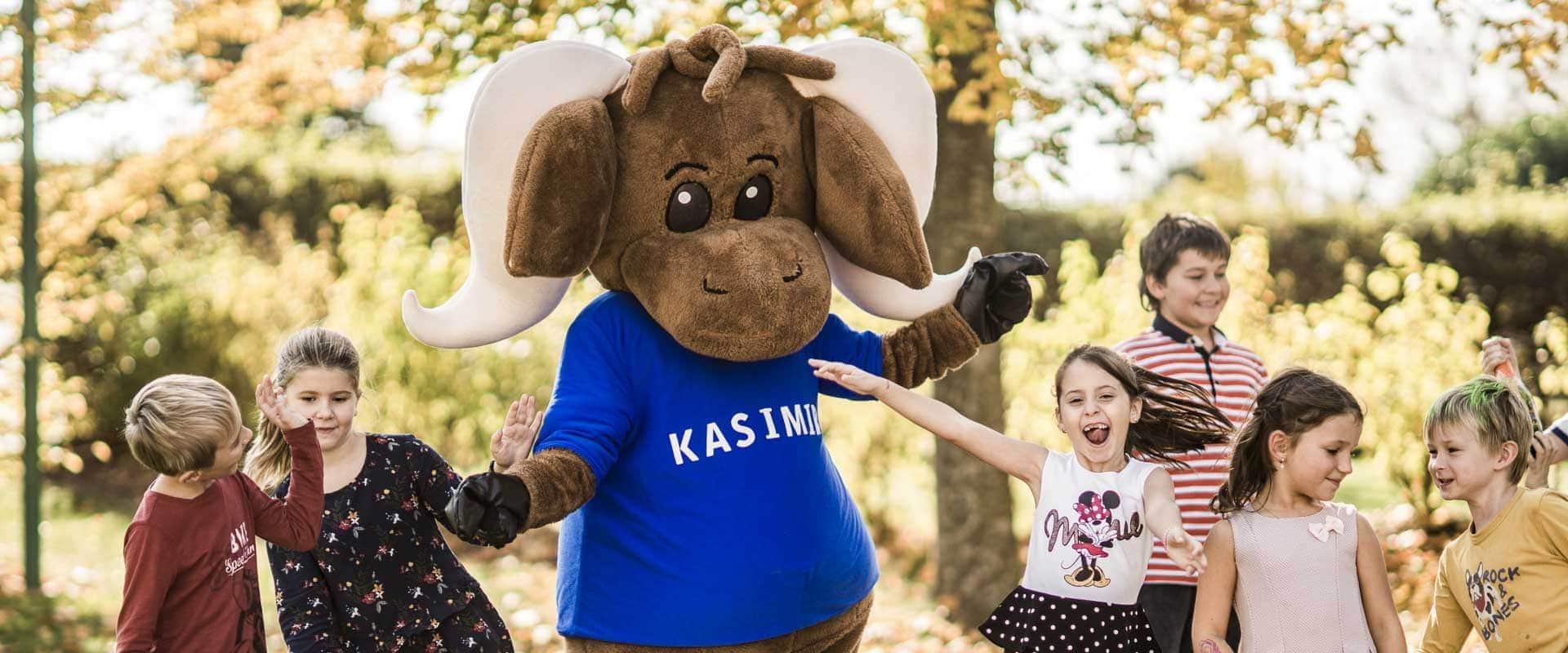 Kinder beim Tanzen mit Maskottchen Kasimir