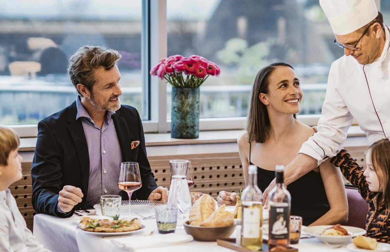 Familie beim gemeinsamen Dinner