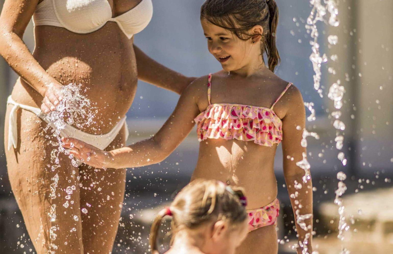 Kinder beim Spielen im Wasser