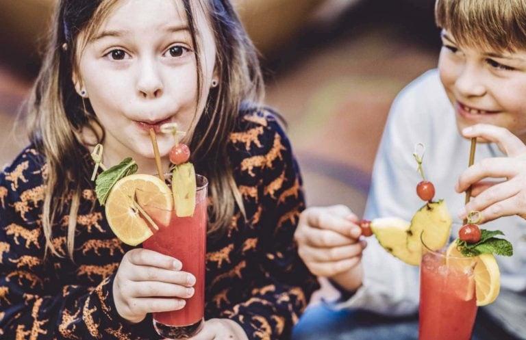Mädchen und Junge trinken alkoholfreie Cocktails
