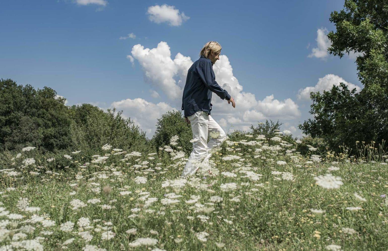 Karl J. Reiter beim Spaziergang durch die Blumenwiese