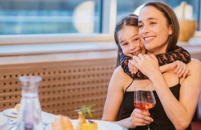 Tochter umarmt Mutter im Restaurant