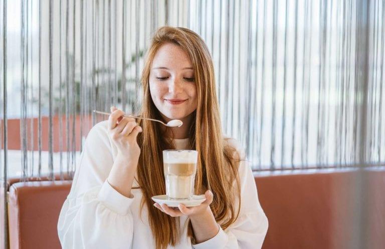 Frau beim Genuss von Kaffee