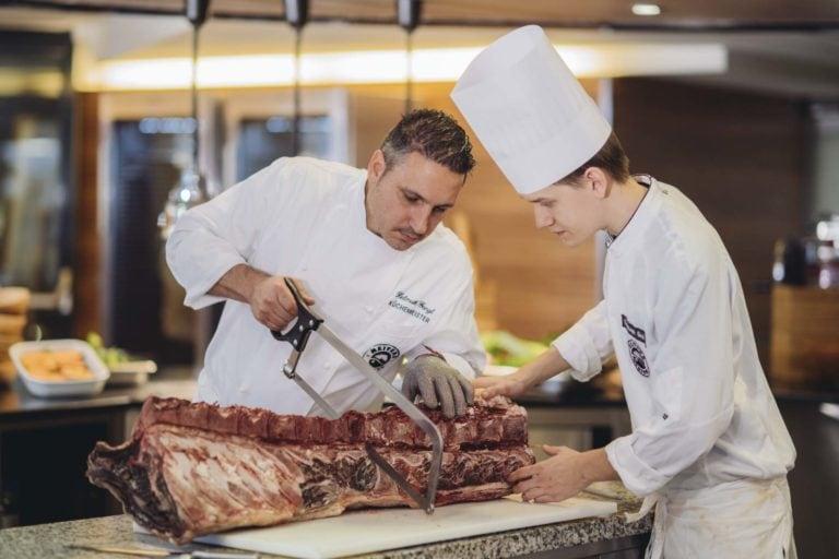 Küchenchef Helmuth Gangl beim Rinderrücken zerlegen