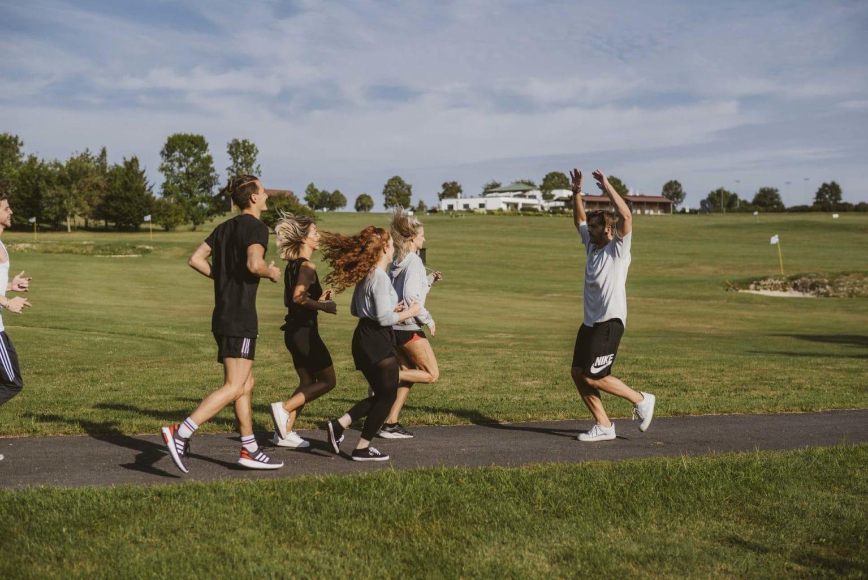 Gruppe von Jugendlichen beim Joggen