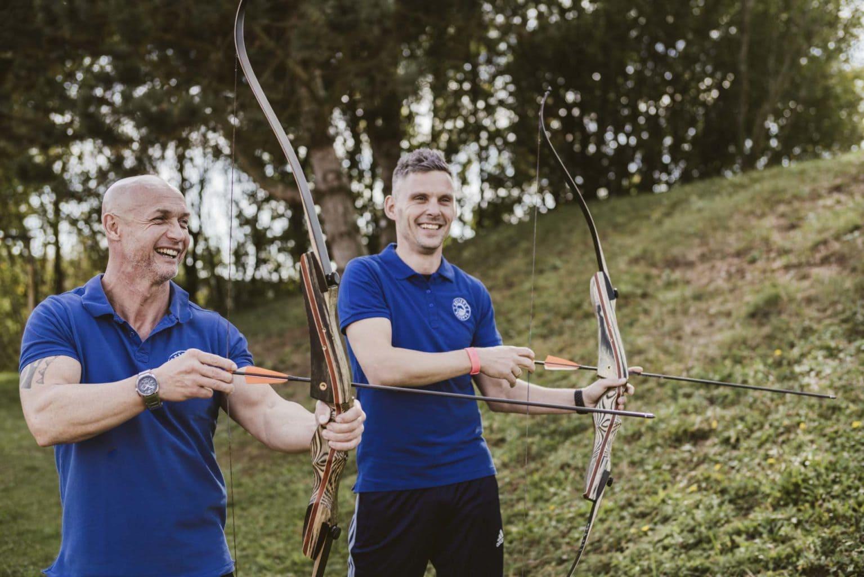 Mitarbeiter vom Active Team beim Bogen schießen