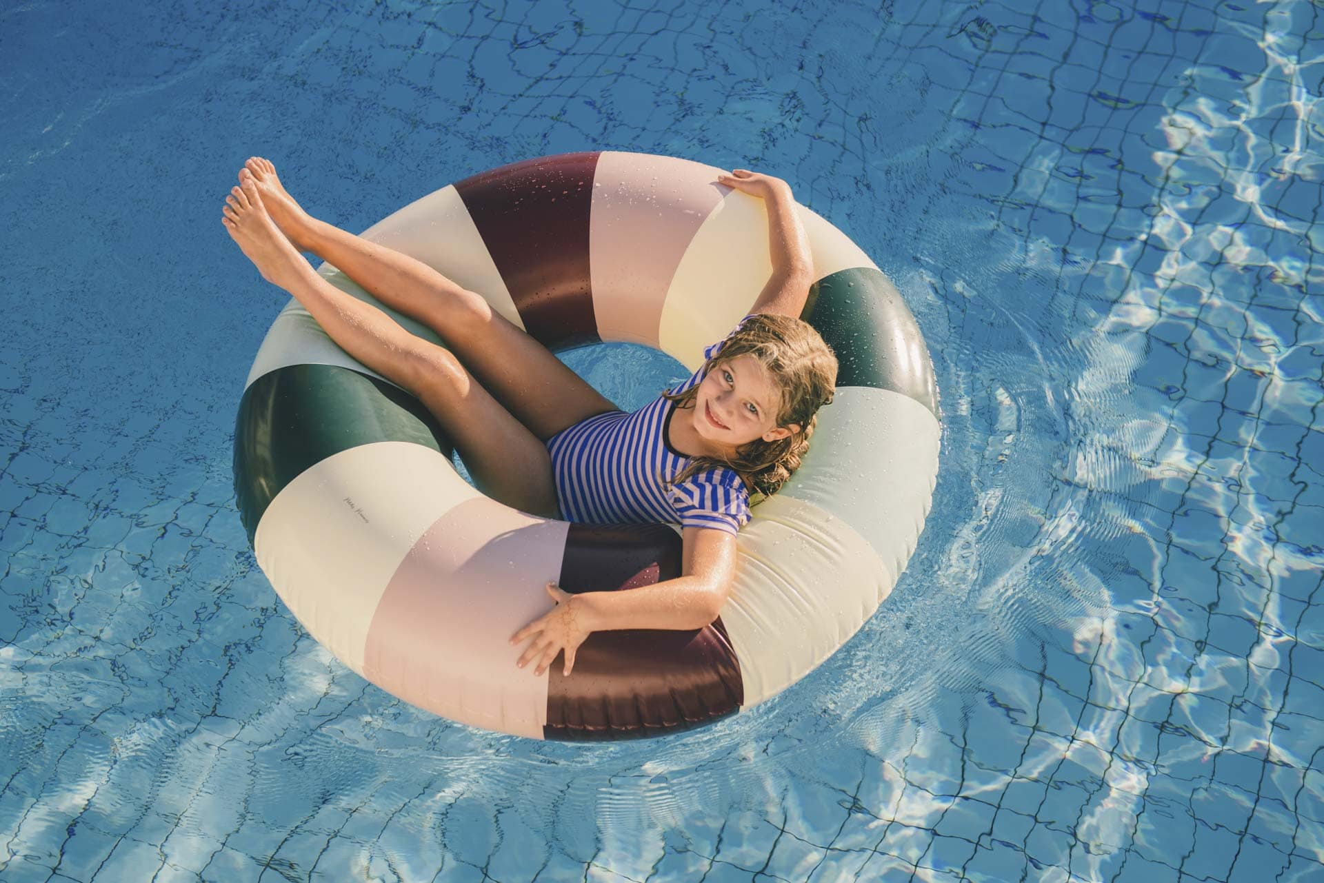 Mädchen in Schwimmreifen im Pool