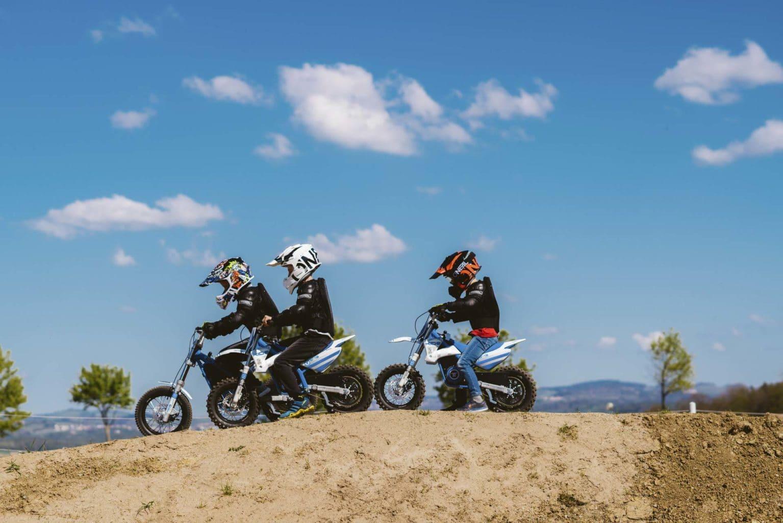 Kids fahren Motocross