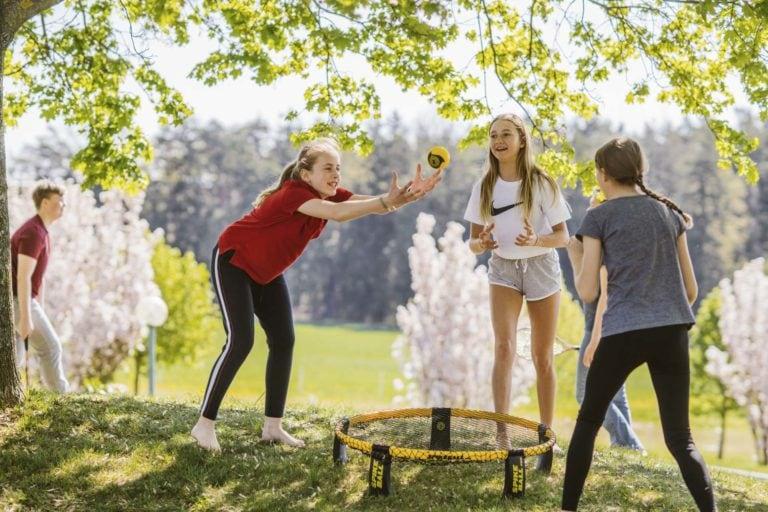 Jugendliche beim Spikeball spielen